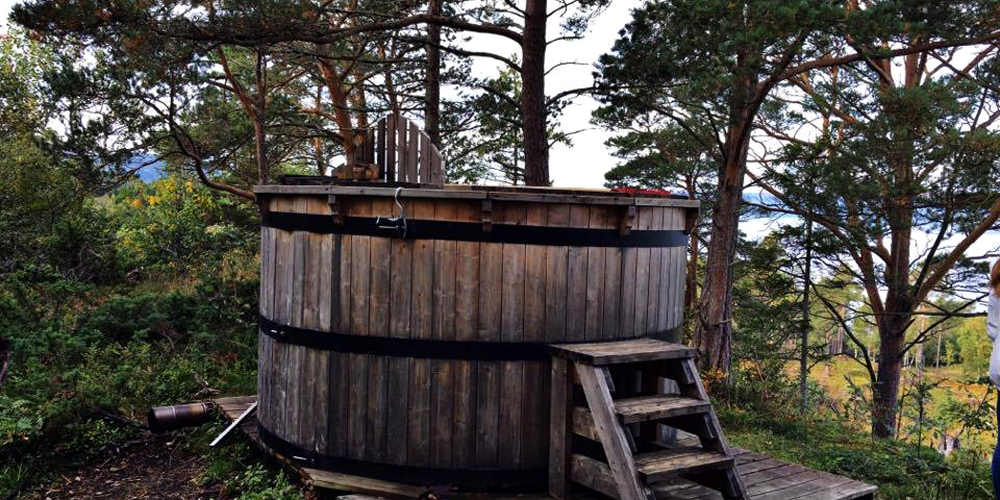 The hot tub at Letnes Cabin - In the tree tops at Letnes Farm. . Copyright: Visit Innherred