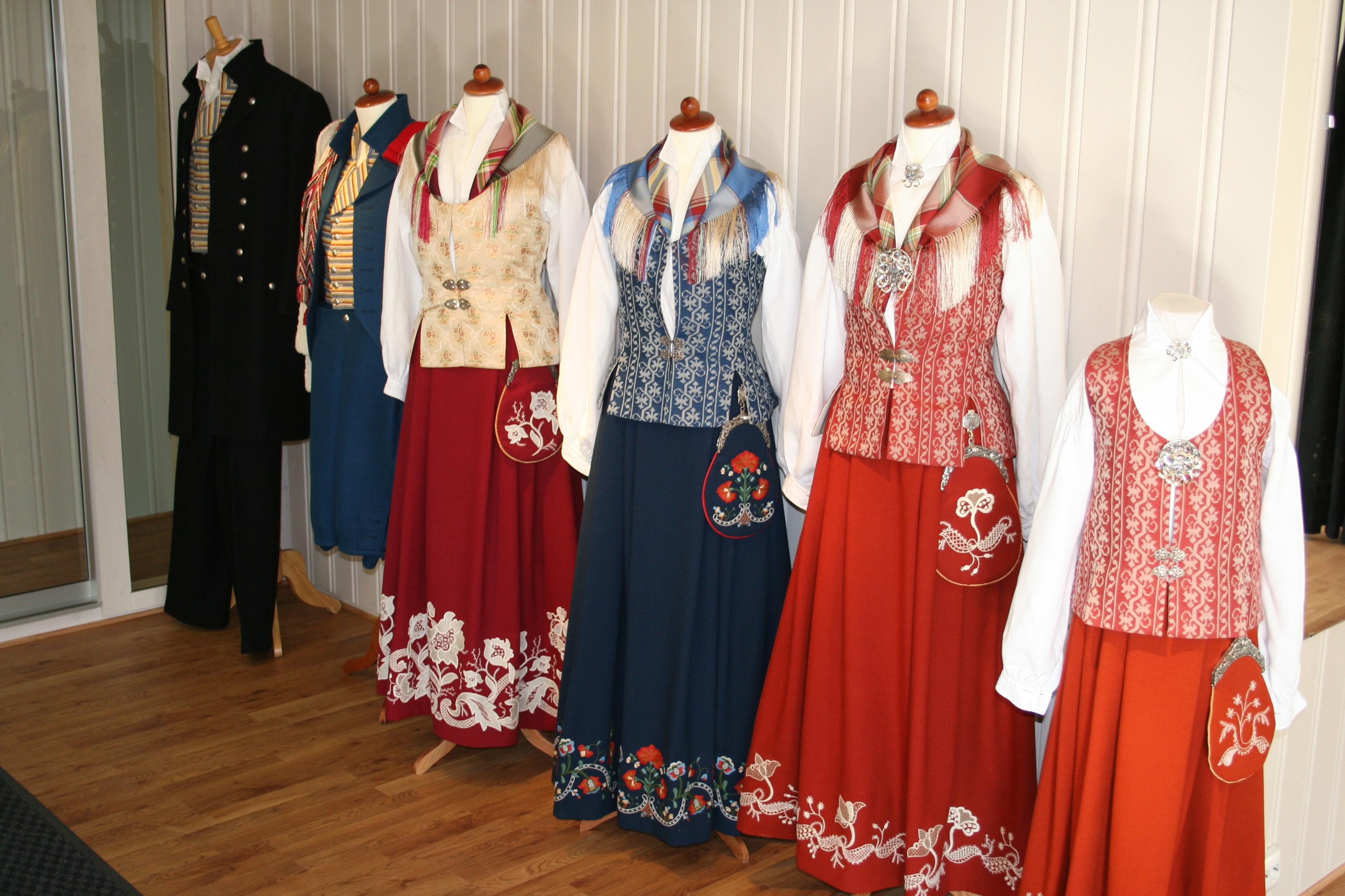 historiske utstilling av bunader brukt i Nord-Trøndelag i perioden 1910-1960, samt dagens bunader - her floanbunadene. Copyright: Bunadsaum