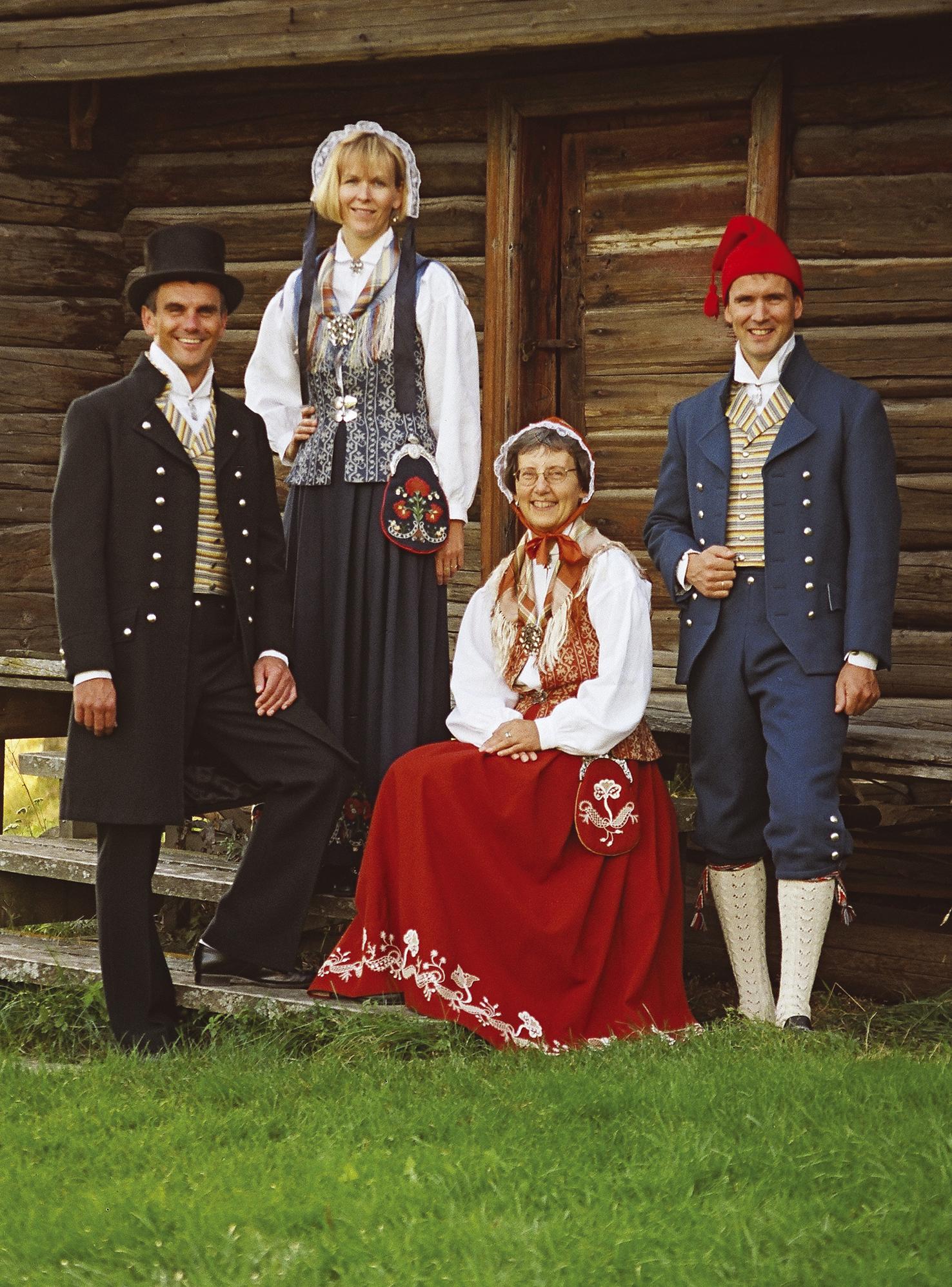 Floan/Nord-Trønderbunaden for dame og herre i Rustrød, blå og sort og kongeblå. Copyright: Bunadsaum