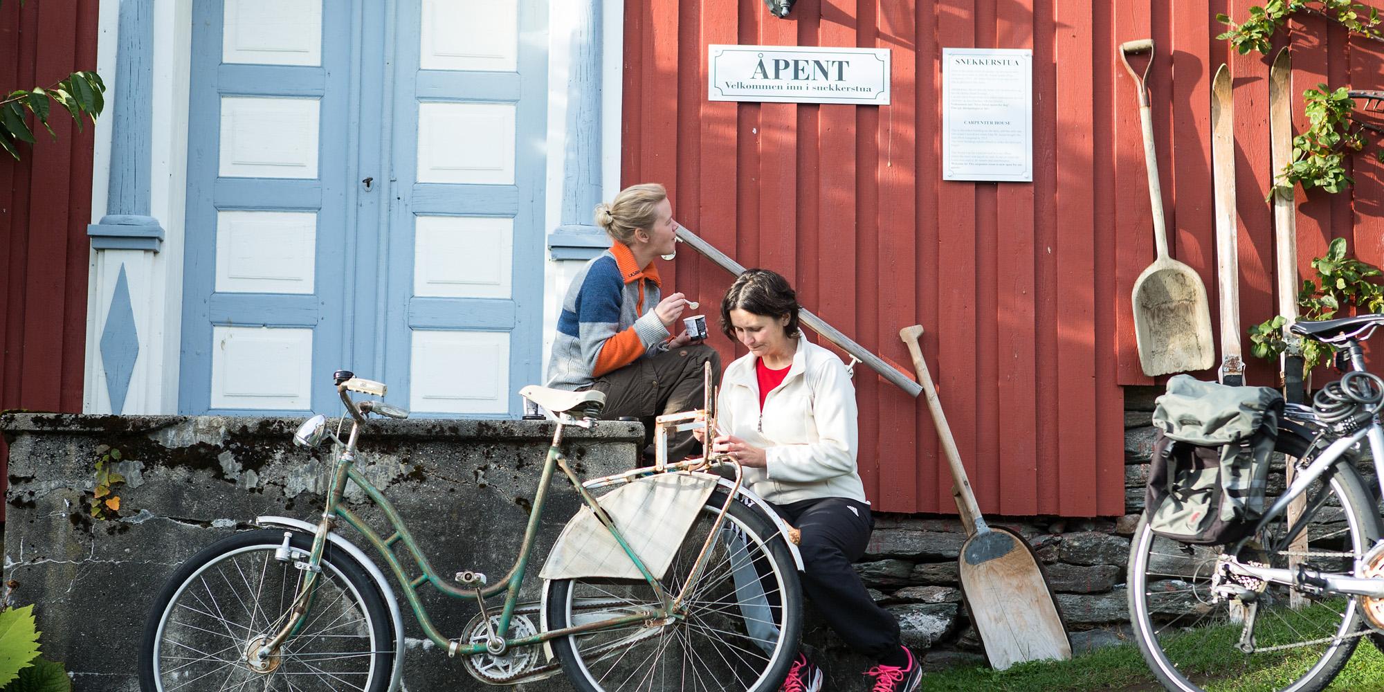 Inderøy Gangstad Foto WilLee-Wright Syklister tar en pause i gårdstunet 2x1. Copyright: WilLee-Wright
