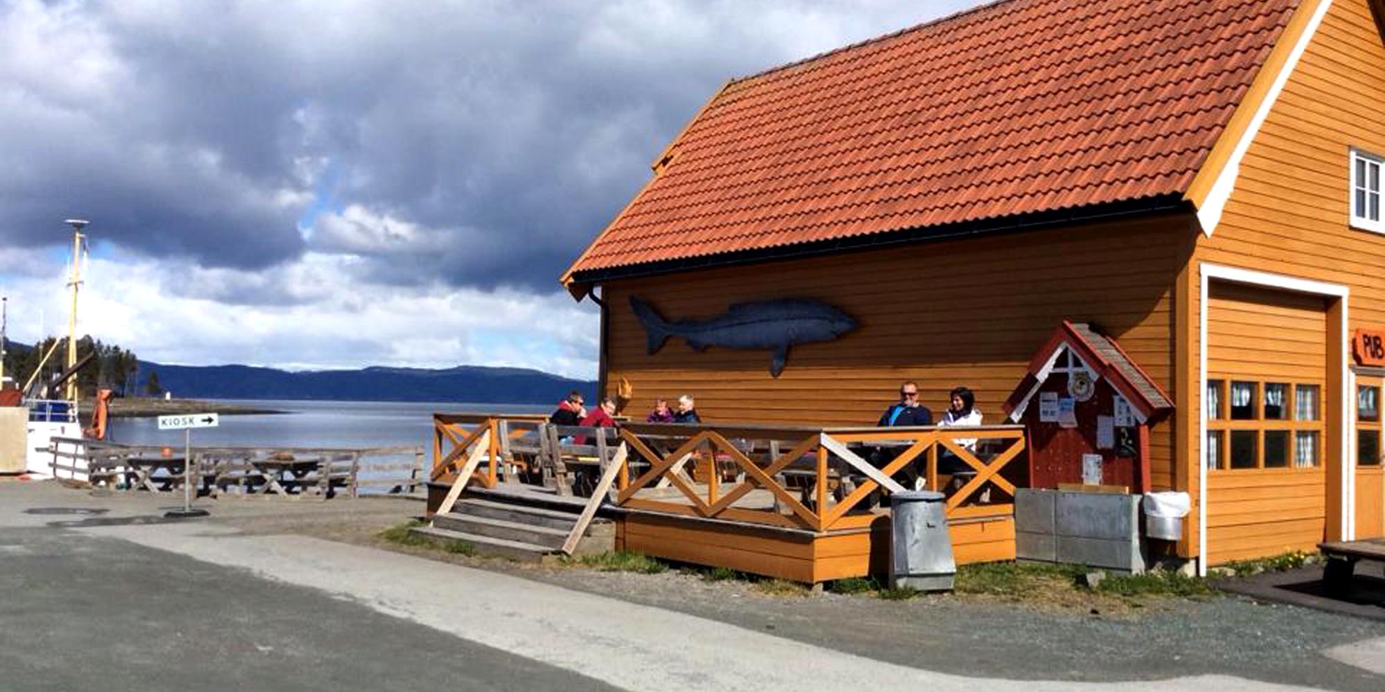 Matservering i sommersesongen. Copyright: Kjrknesvågen Kai og Båtforening
