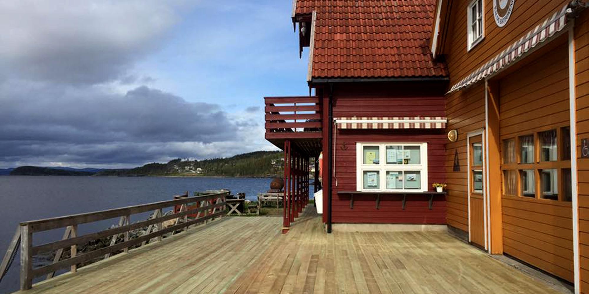 Stort veranda område ved Kjerknesvågen kai. Copyright: Kjrknesvågen Kai og Båtforening