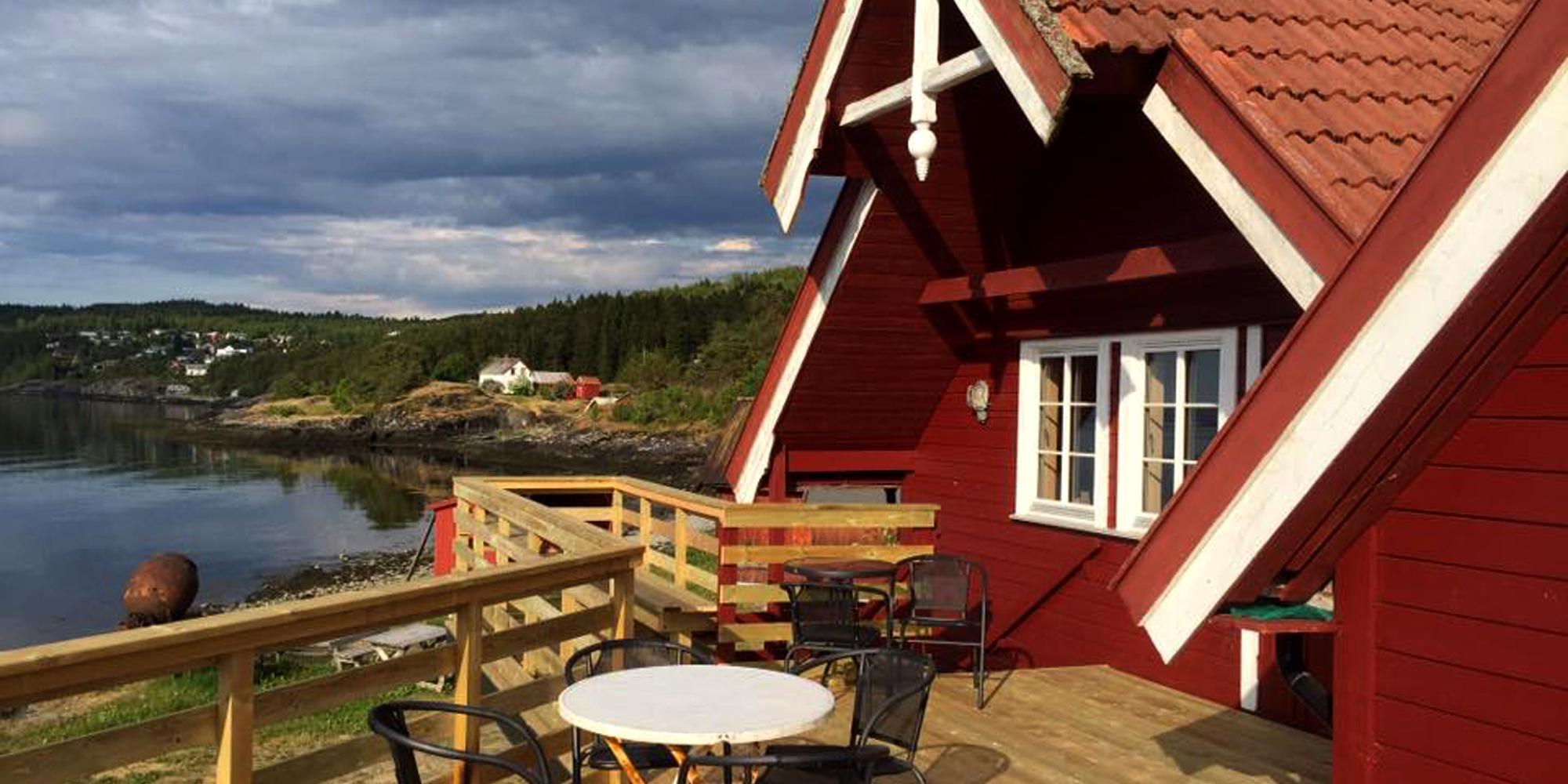 Stort veranda område med sitteplasseri sommerseongen ved Kjerknesvågen kai. Copyright: Kjrknesvågen Kai og Båtforening
