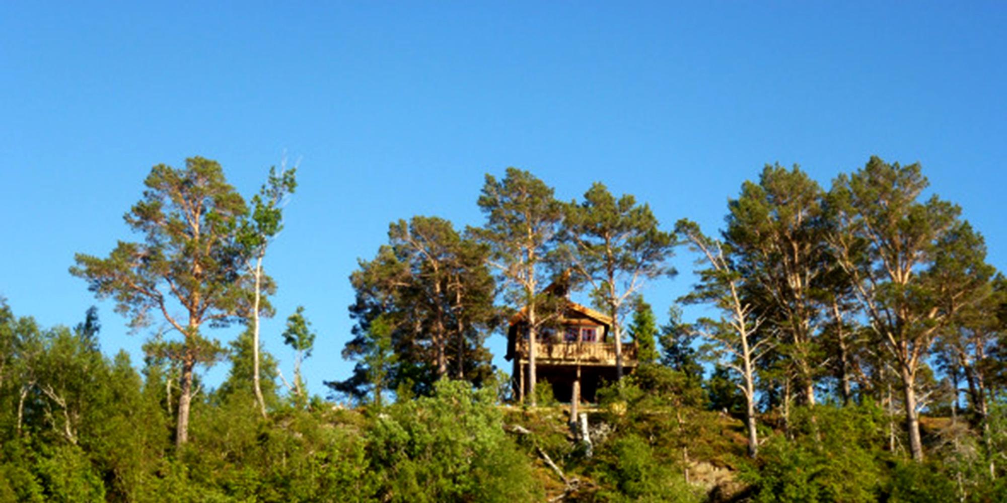 Spettspiret cabin at Letnes Farm viewed from a distance. Copyright: Letnes Gård