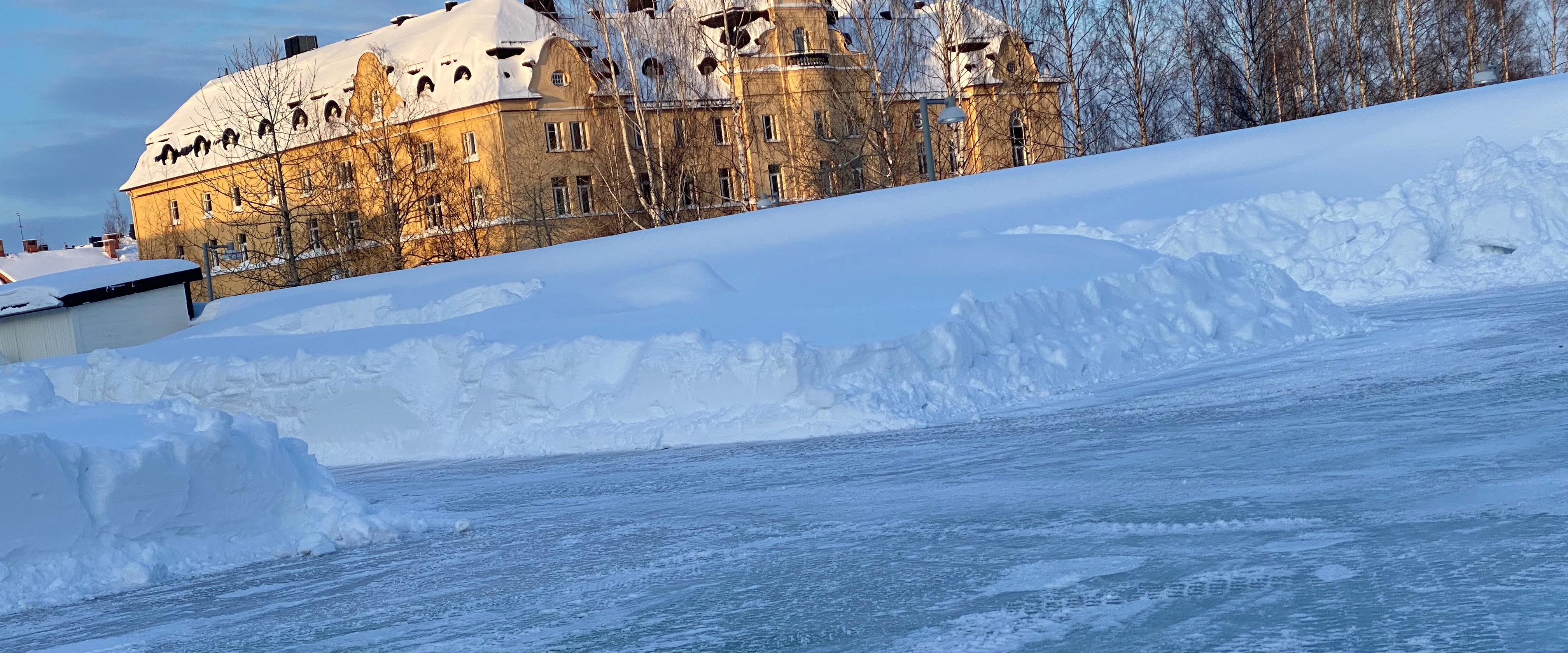 Isbanan med Stadshotellet som utsikt mitt i Piteå