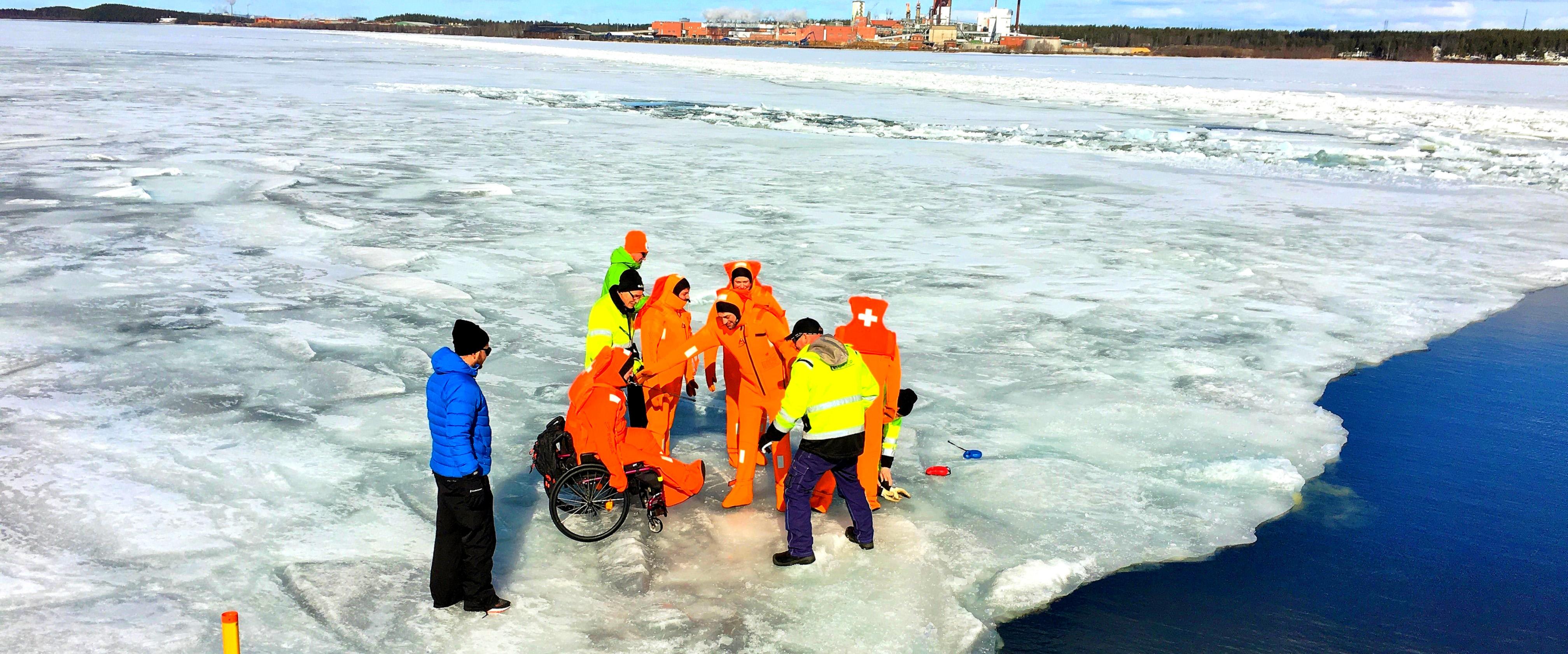 Folk på isen som ska vinterbada