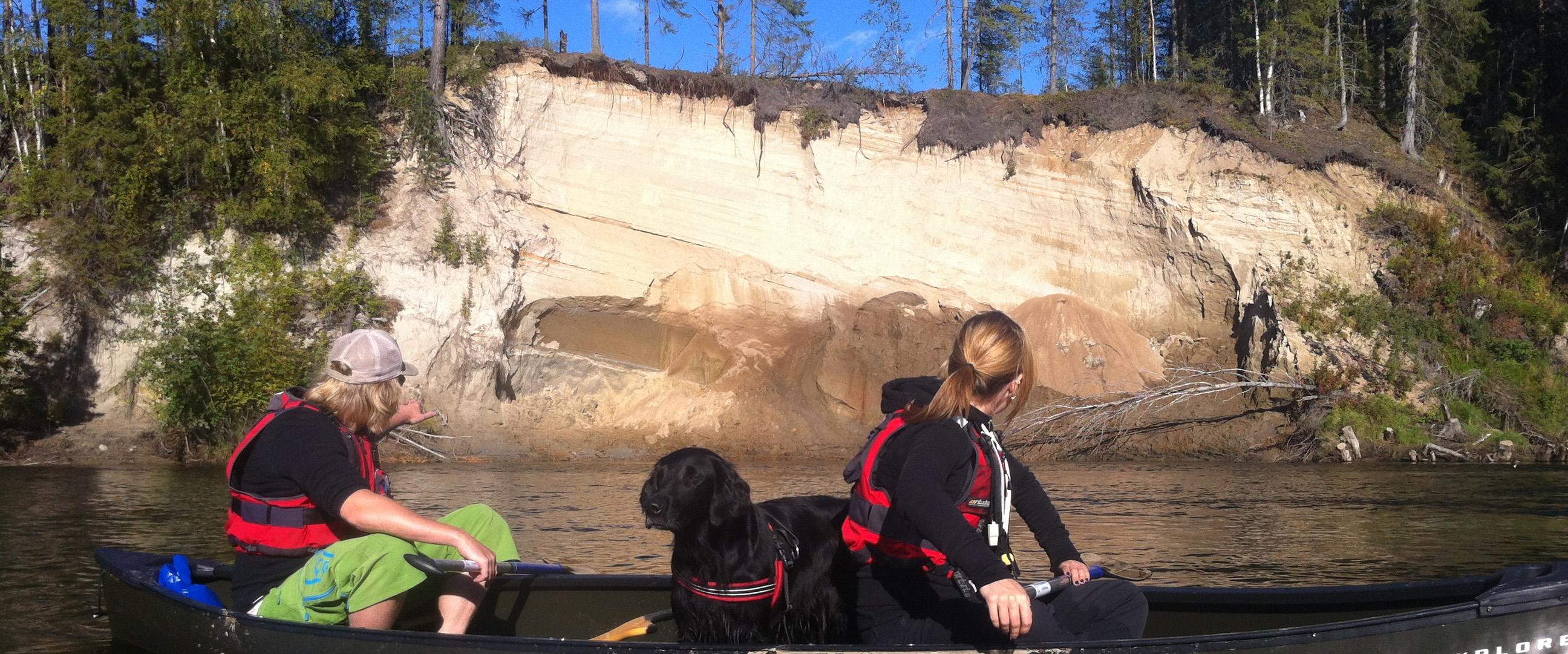 Kanot som glider fram intill sandbanken