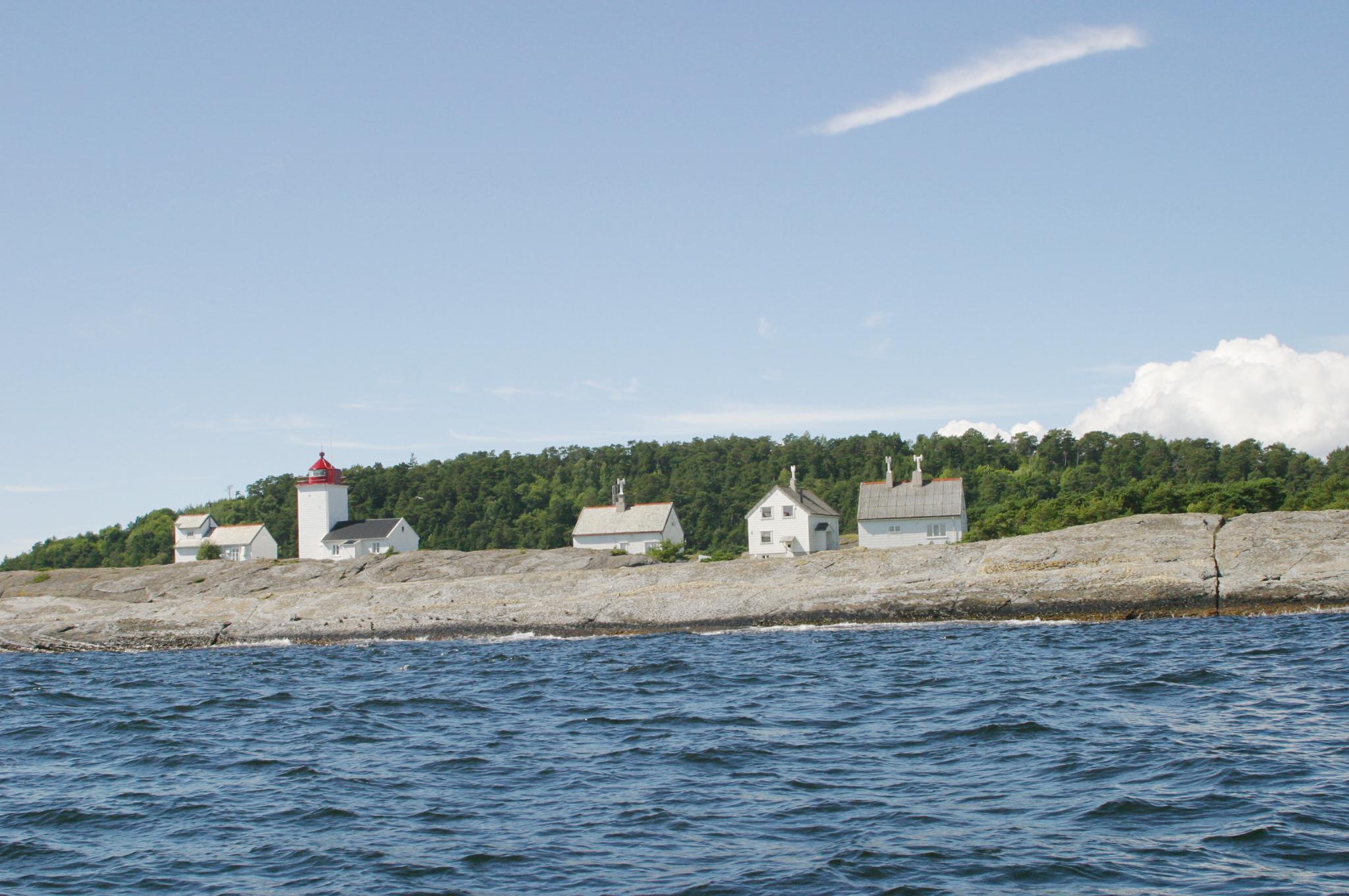 Langøya i Bamble kommune, med fyret og husene