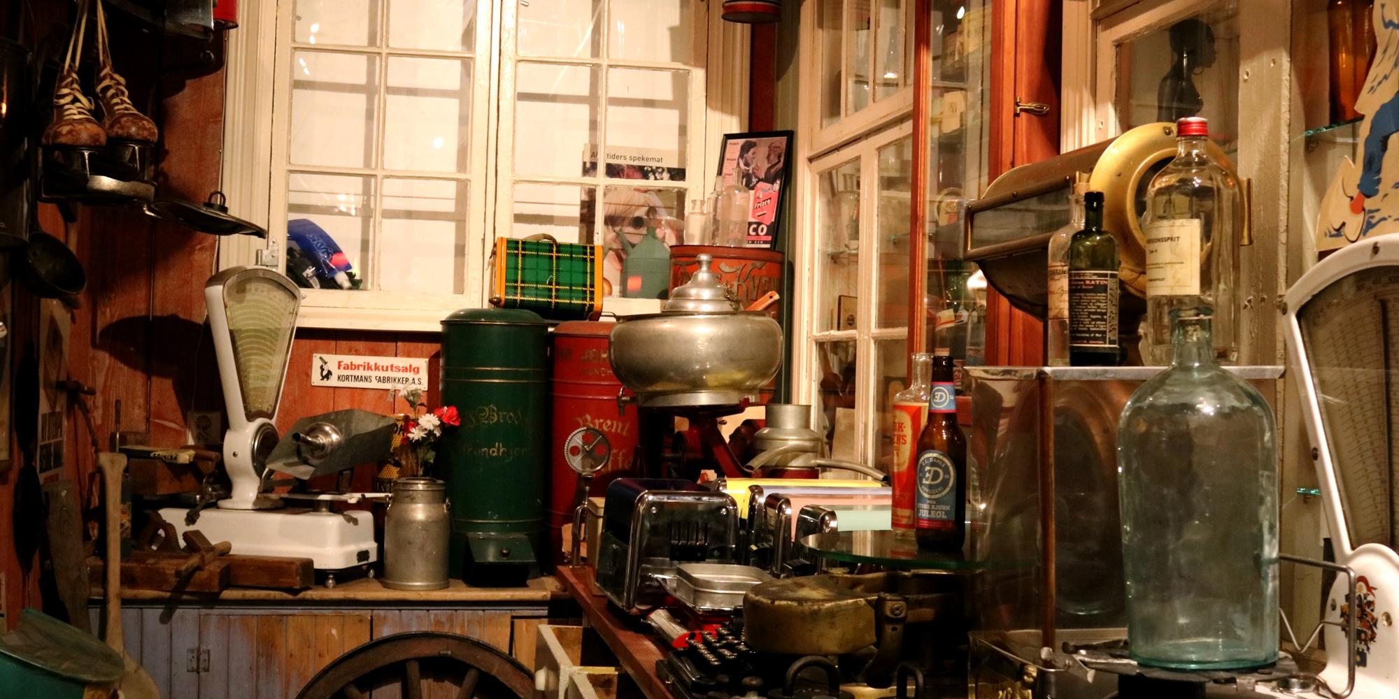 Fullt utstyrt landhandel i museet i 2. etage. Copyright: Kortmans Lysfabrikk