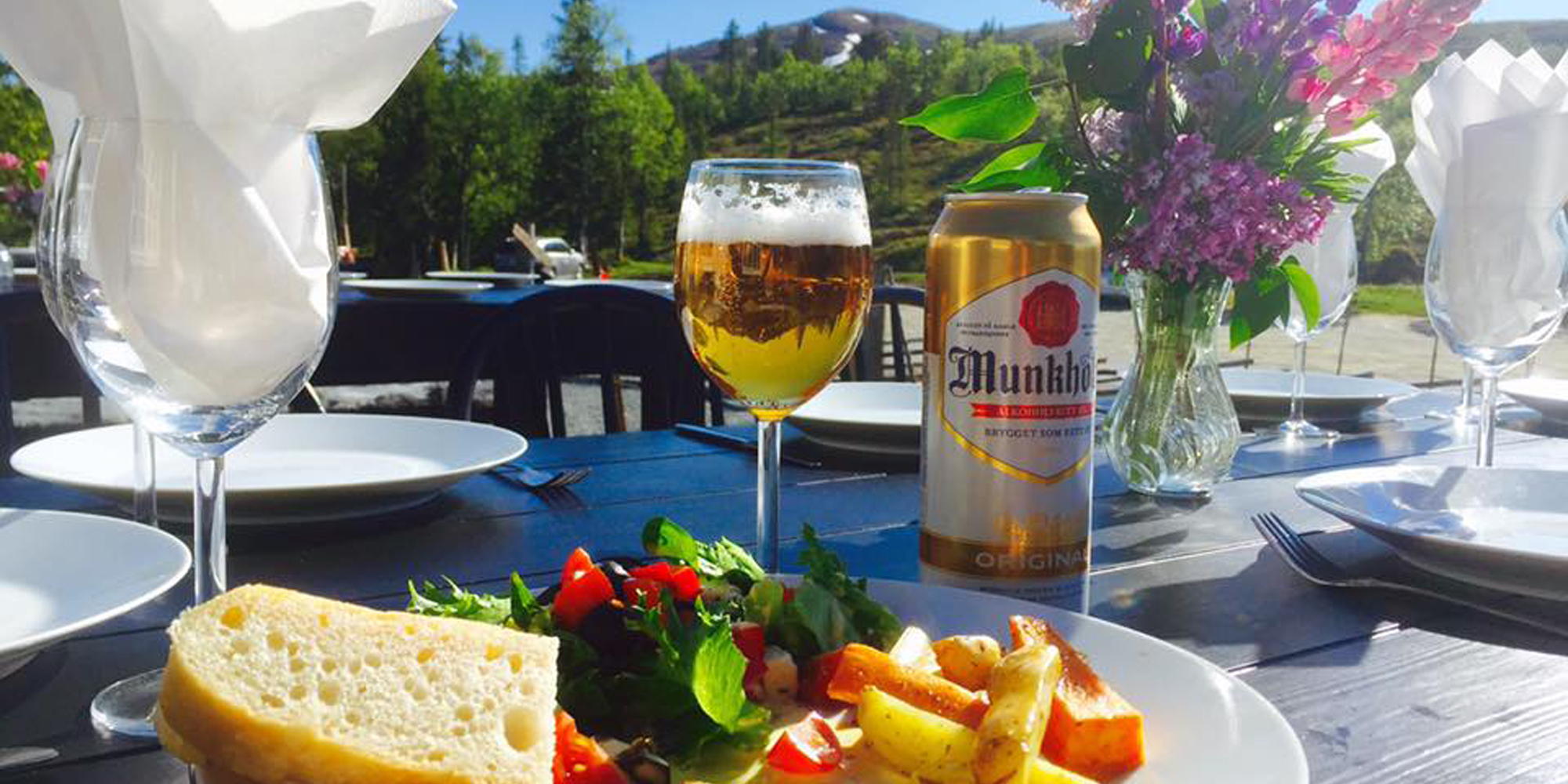 Skallstuggu in Levanger - Enjoy a delicious meal outdoors in the sunshine. Copyright: Skallstuggu