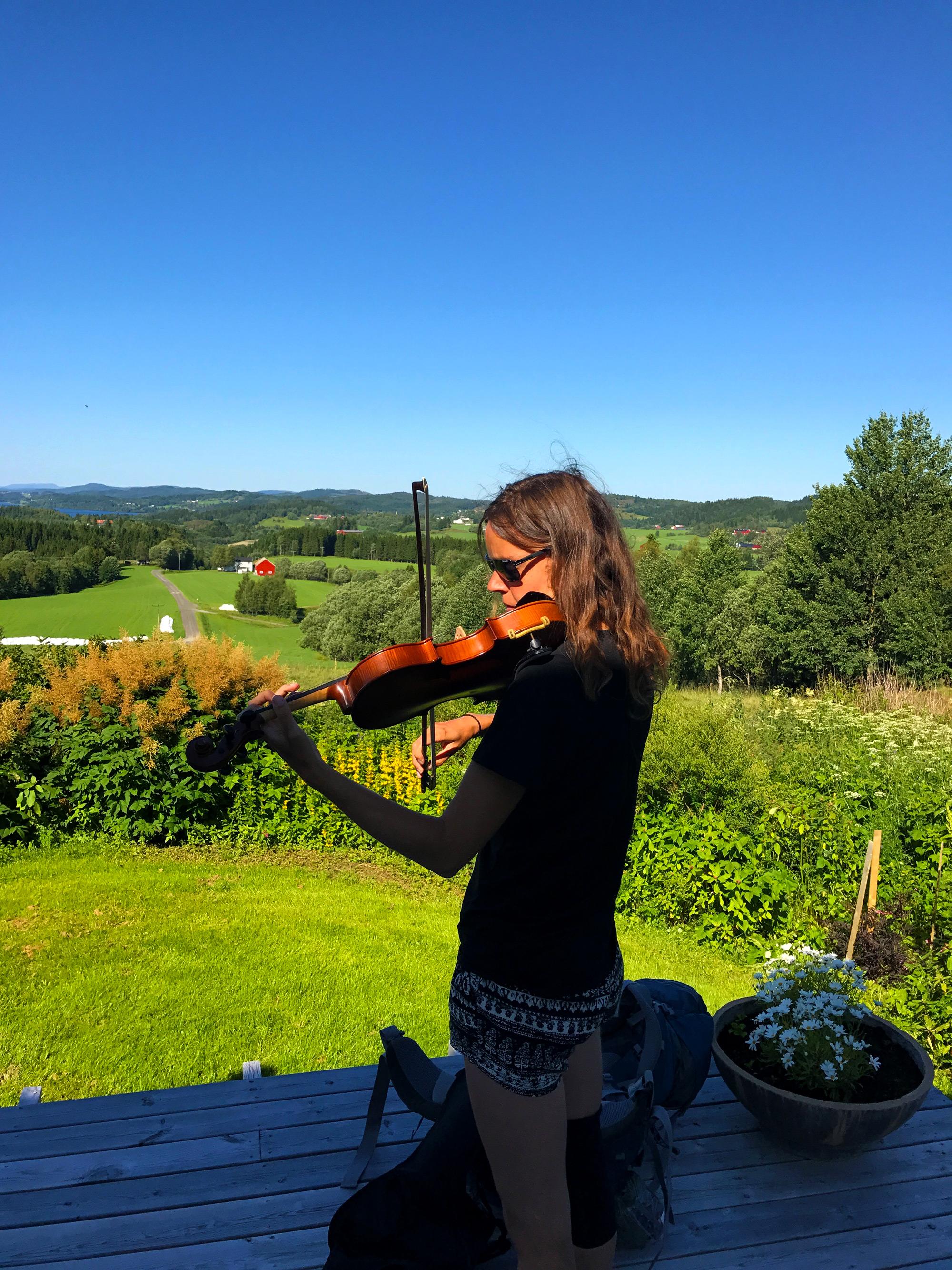 Troset i Levanger Kommune: Gjest spiller fiolin. Copyright: Heidi Troset