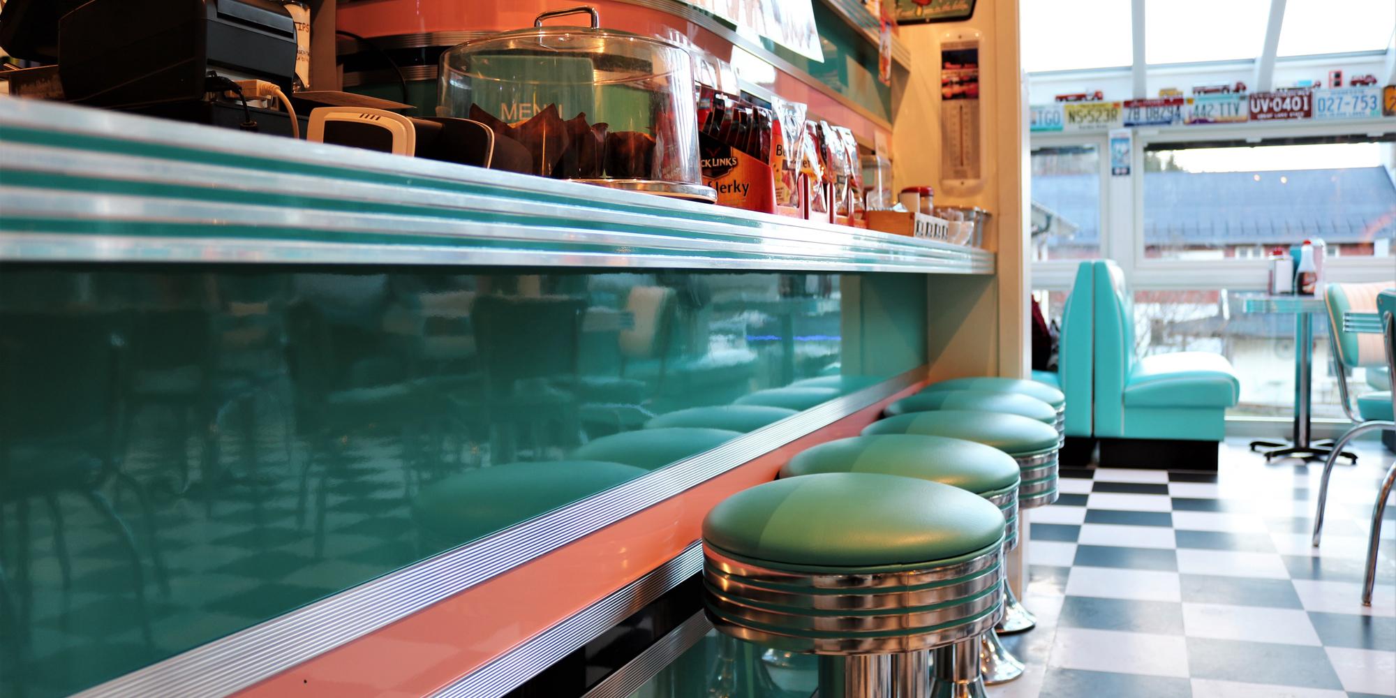 Pick-up cafe - en amerikanskinspirert 50s diner på Kortmans Lysfabrikk i Vuddudalen i Levanger kommune, helt ved E6. Copyright: Kortmans Lysfabrikk