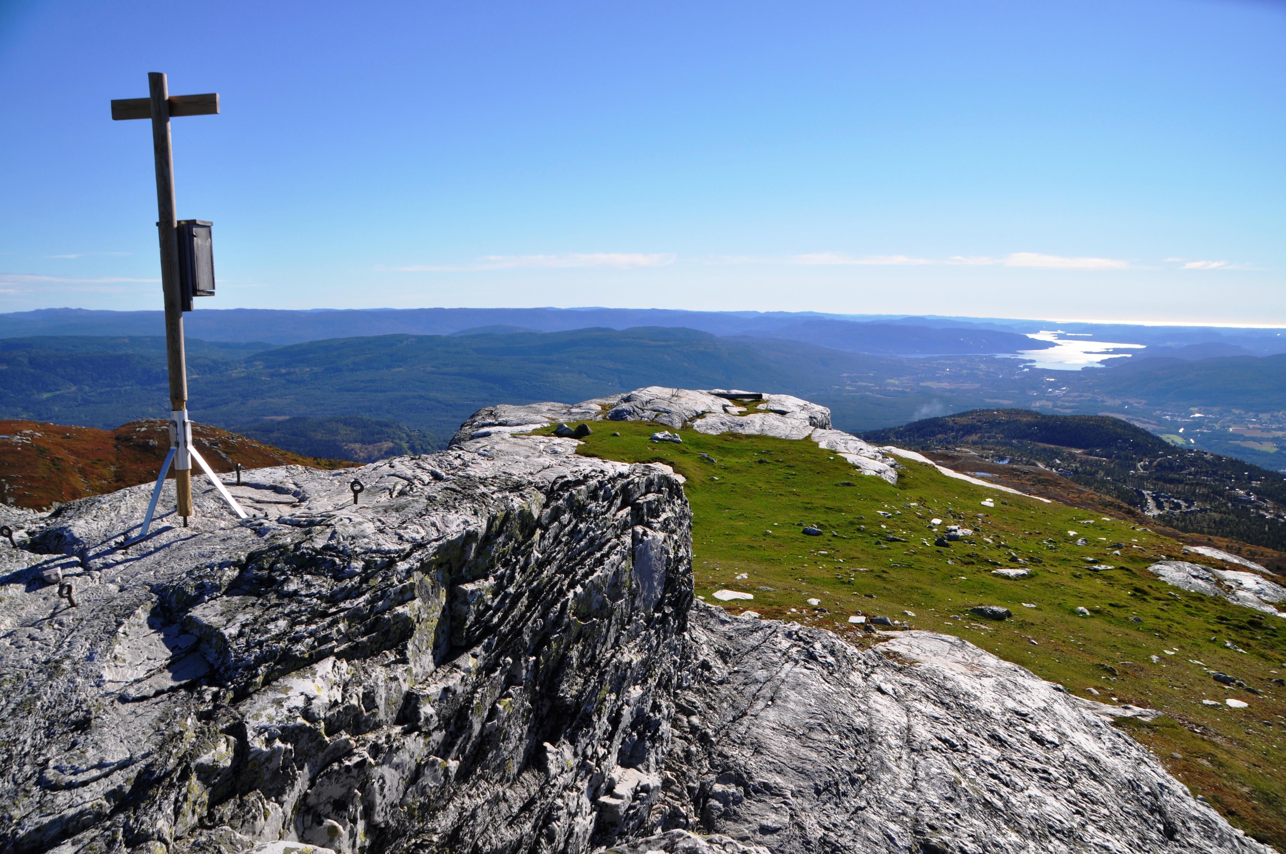 Fra Skrubbelinuten på Lifjell, en topp på 1121 meter over havet. Blå himmel og nydelig utsikt over Norsjø og Telemark., © Øystein Akselberg