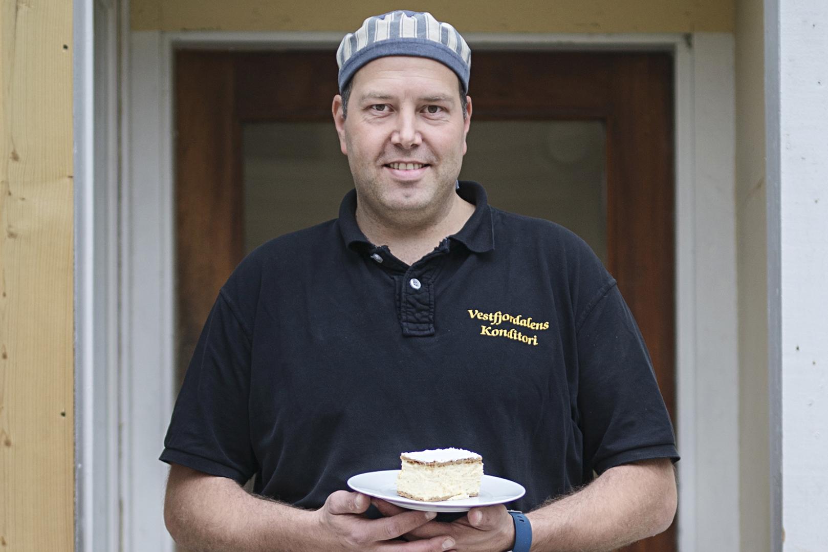 Bakeren på Vestfjorddalen Konditori står selv i disken og serverer sine kunder., © Benjamin A. Ward