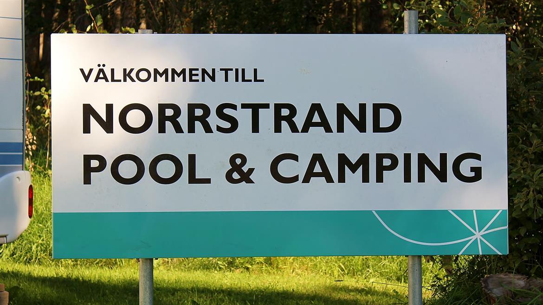 Norrstrands Pool och Camping skylt