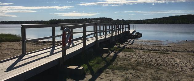 Norrstrandsbadet med brygga och sandstrand längs cykelleden, Katarina Johansson
