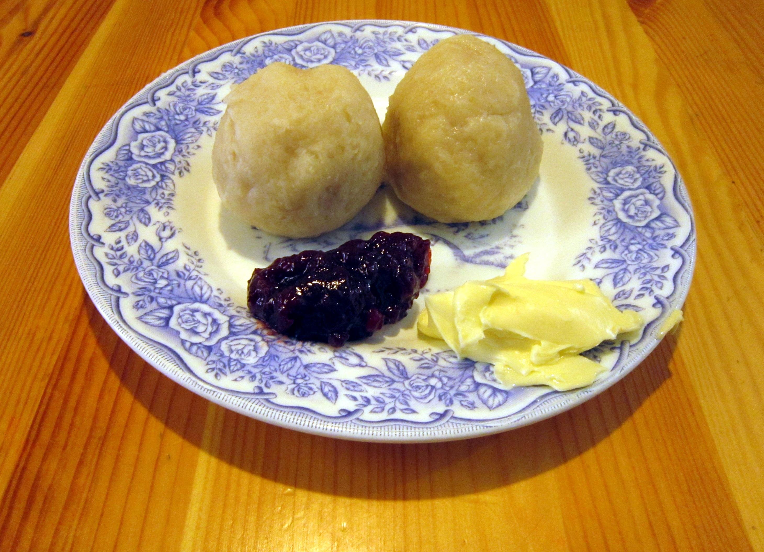 Pitepalt med lingon och smör