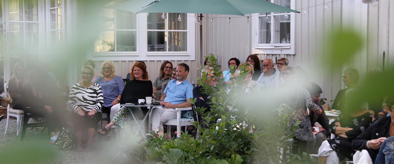 Sommarhäng i trädgården hos Pensionatet