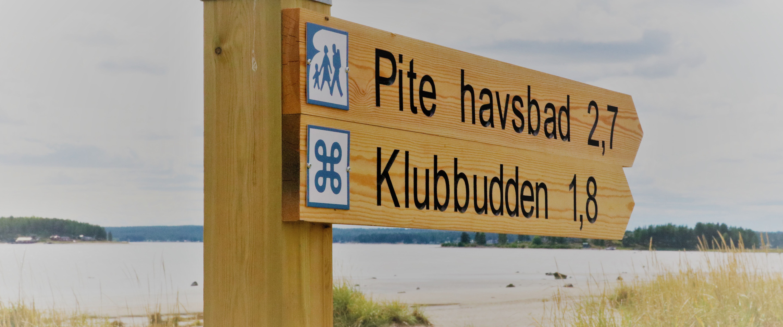 Skyltar på Sandängesstranden, promenadavstånd från Pite Havsbad