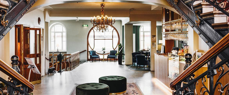 Piteå Stadshotells vackra lobby med historisk atmosfär