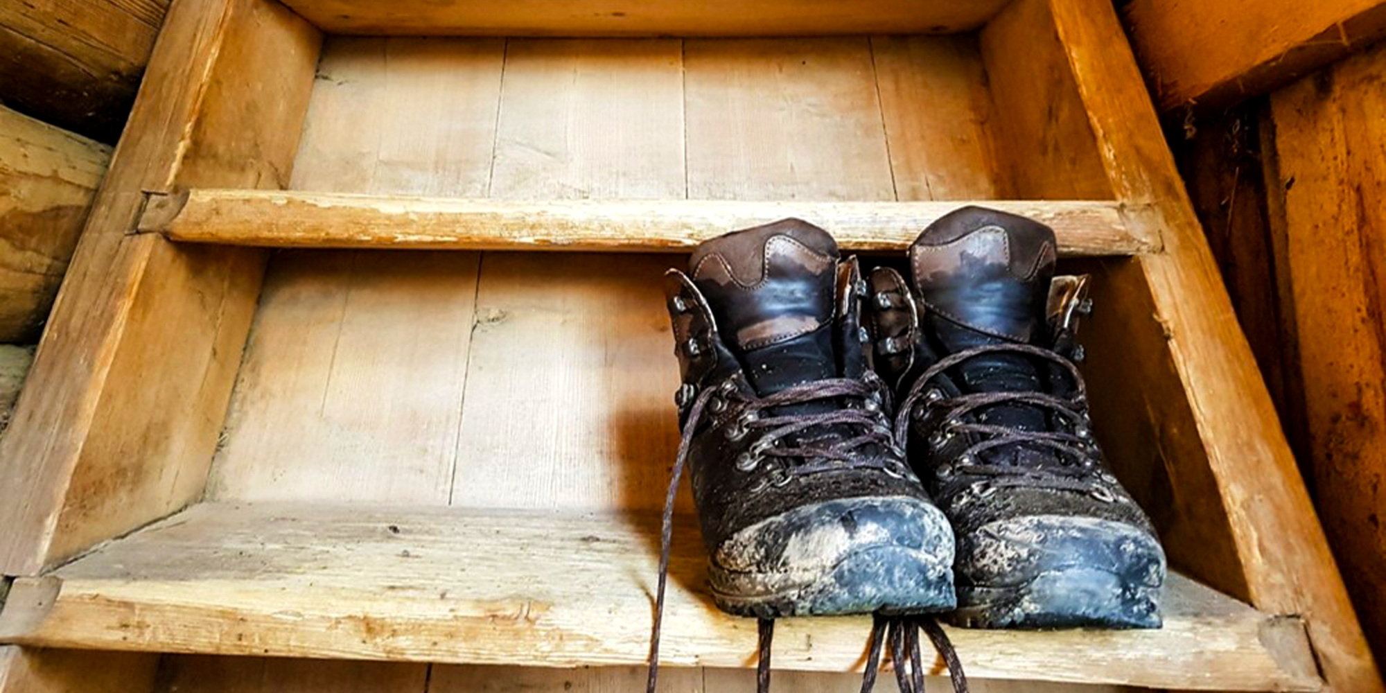 Hiking shoes resting on the stairs up to the accommodation quarters at Munkeby. Copyright: Munkeby Herberge