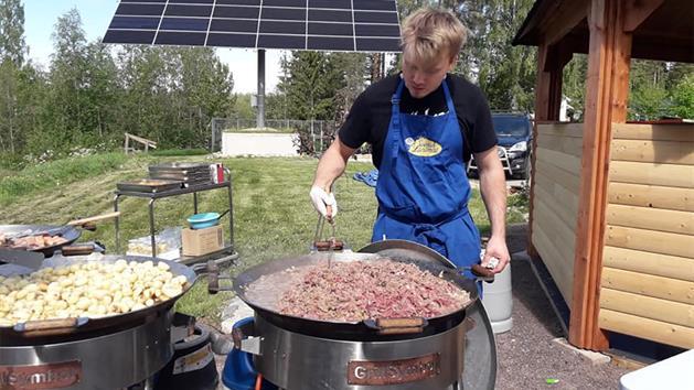 Wok kocken lagar mat hos Alterhedens, Alterhedens