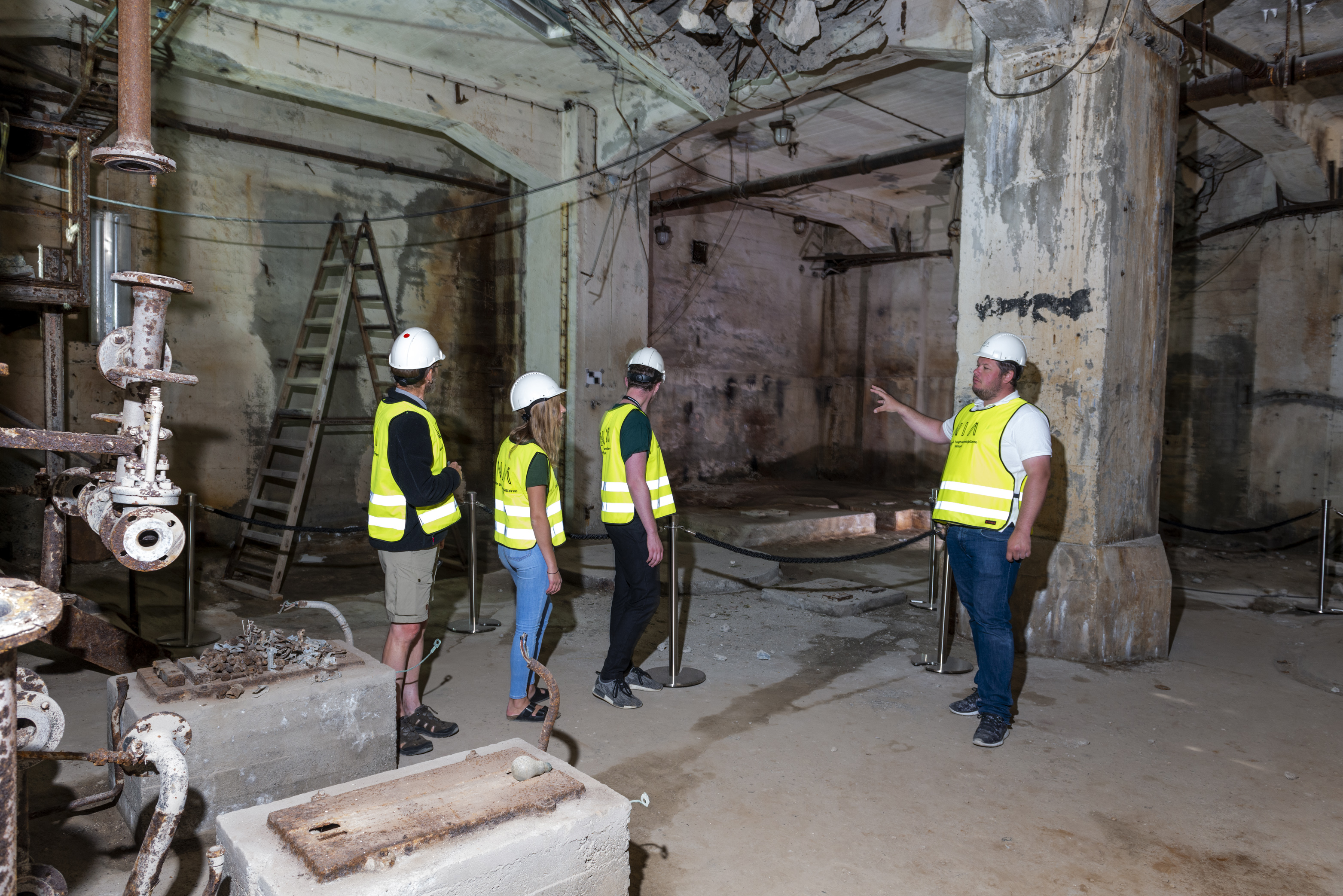 Guided tour in the heavy water cellar