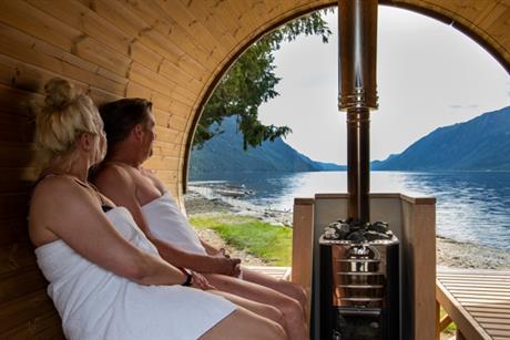 En koselig sauna tønne er plassert ved vannkanten til Tinnsjøen hos Sandviken Camping., © Fotograf Jacobsen