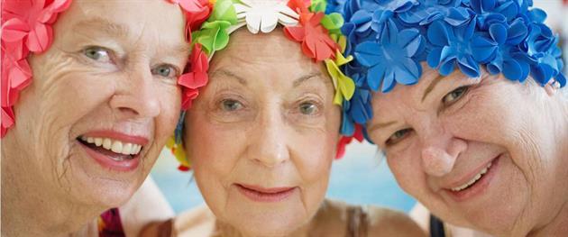 kvinnor i färgglada badmössor