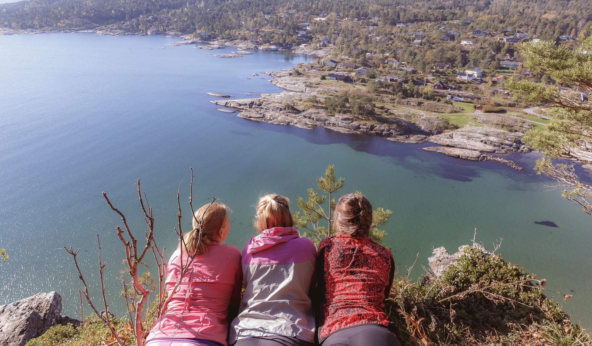 Utsikt over Rognstranda. Fint utsiktspunkt fra kyststien
