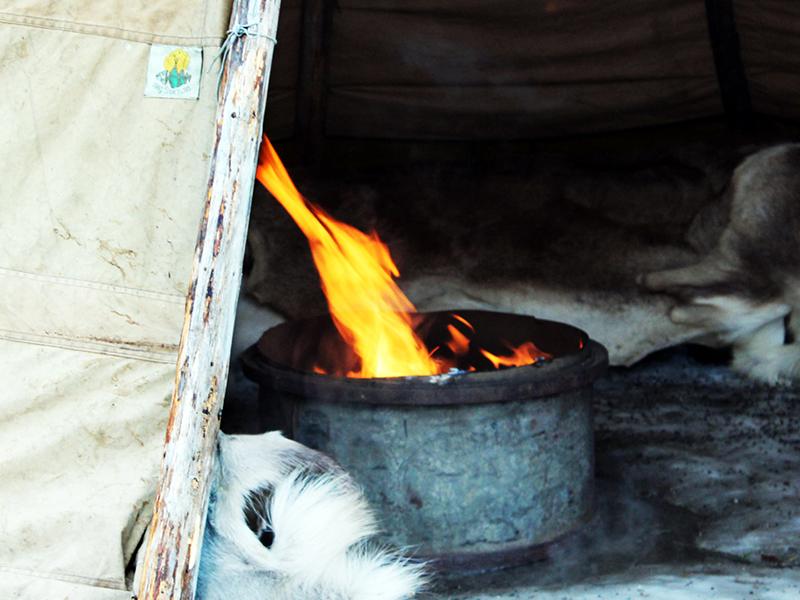 Eld som brinner i tältkåta