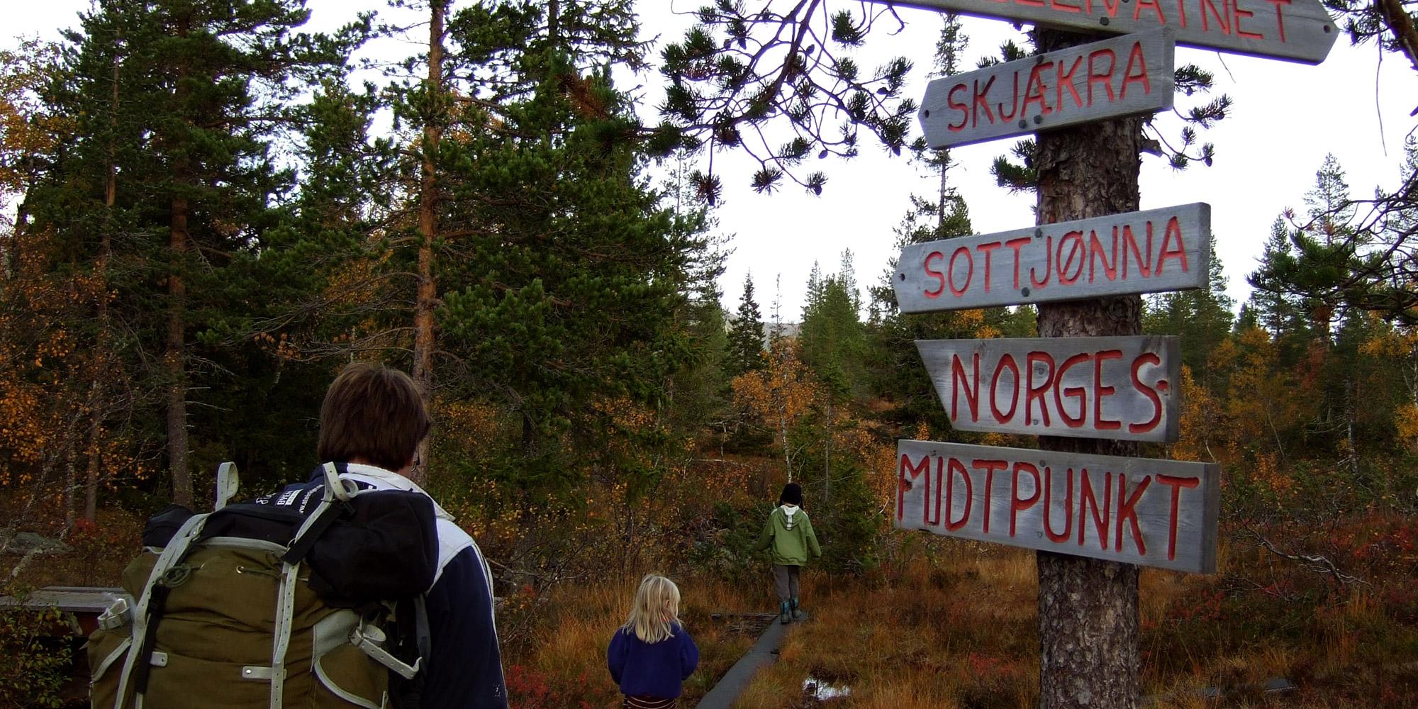 Stien til Norges Geografiske Midtpunkt er godt skiltet. Copyright: Visit Innherred