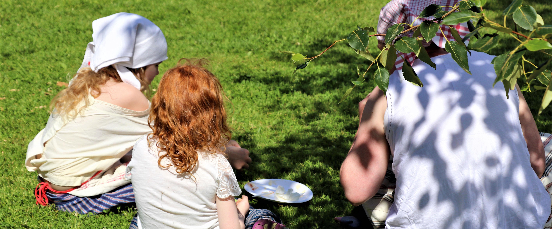 Picknick i gräset.