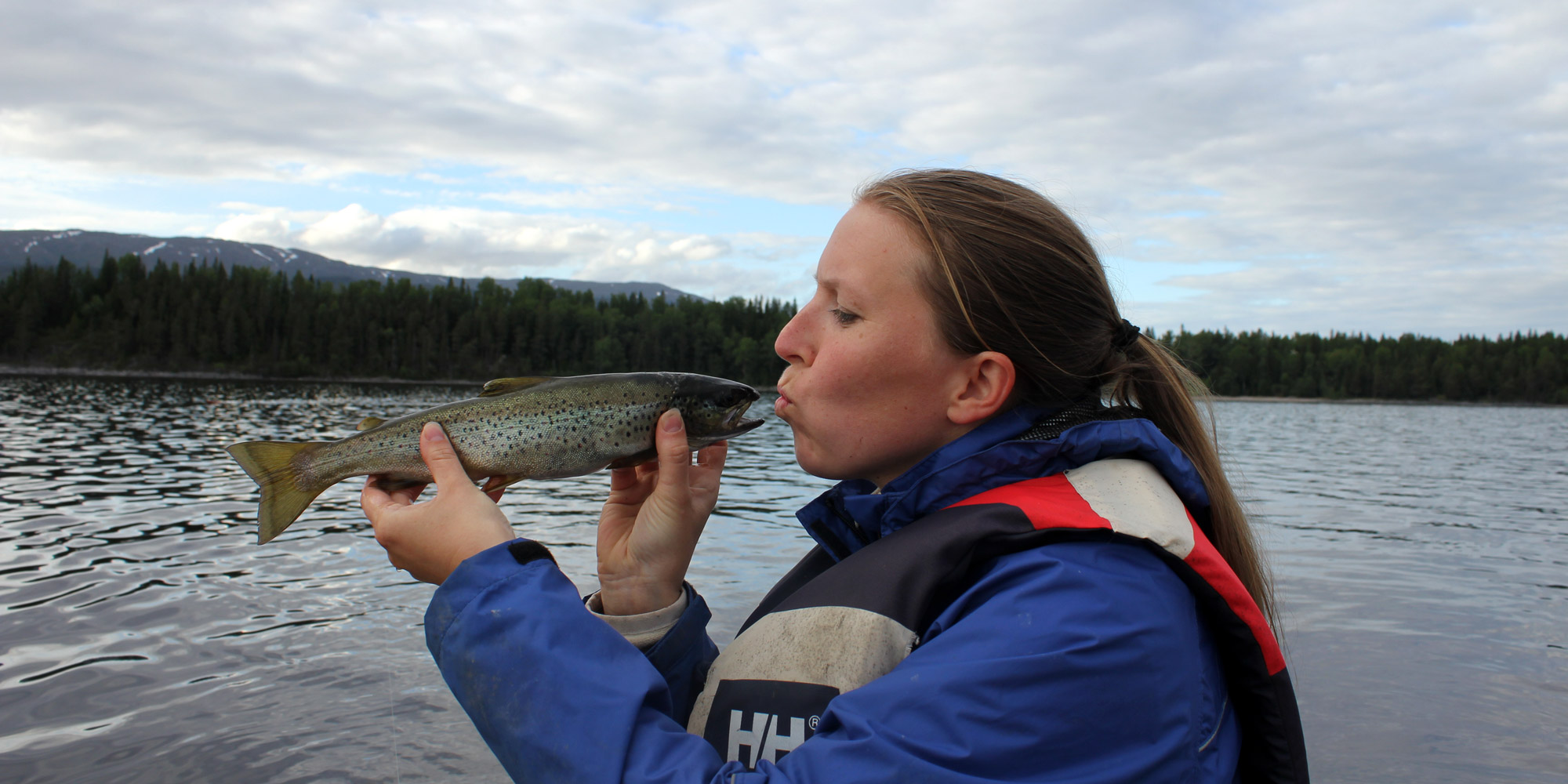 Christine har fiskelykke i Snåsavatnet ved Oldernæs Strandcamp. Copyright: Visit Innherred