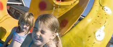 Barn vid poolen